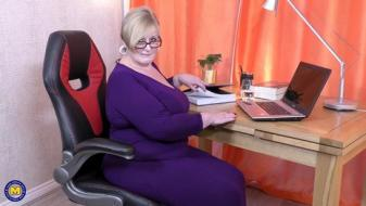 Maturenl - British big breasted housewife Jay playing with herself
