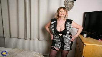 Maturenl - British curvy Mature Lady Jane playing with herself
