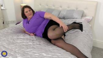 Maturenl - British big breasted housewife Carol Brown playing with herself