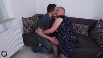 Maturenl - Babet - Big beautiful older lady doing her toyboy