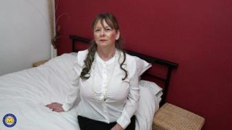 Maturenl - British housewife lady Jane fingering herself