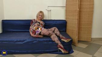Maturenl - Hairy housewife Artemia playing with herself
