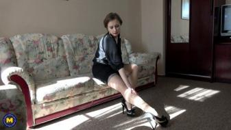 Maturenl - Hairy housewife Wanilianna playing with herself